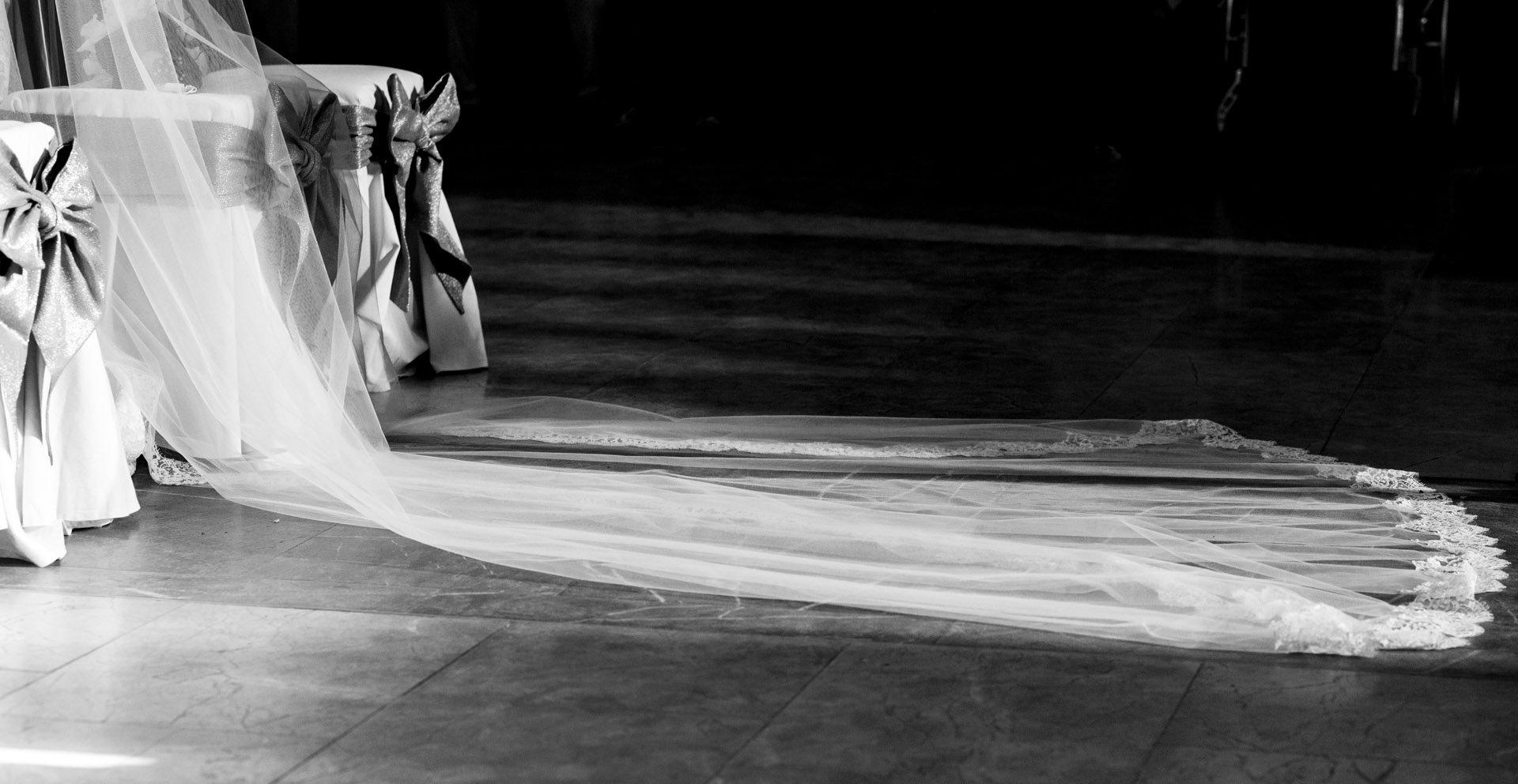 Detalle del velo de la novia durante la ceremonia.