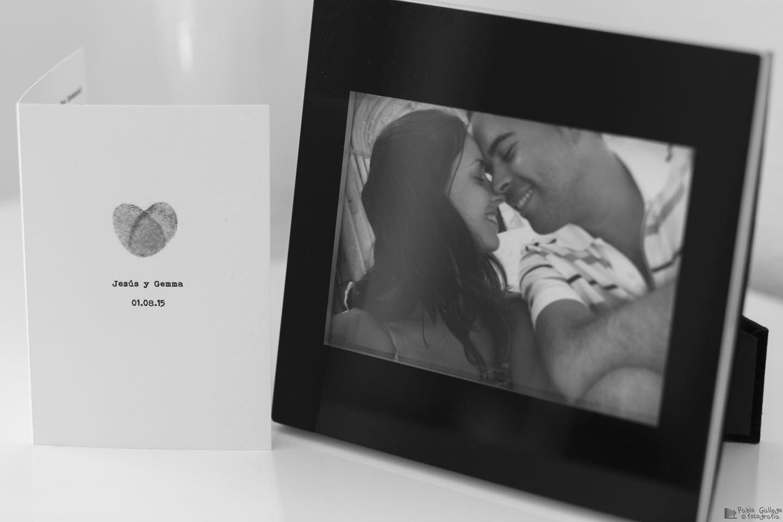 Invitación de boda y tierna foto de los novios.