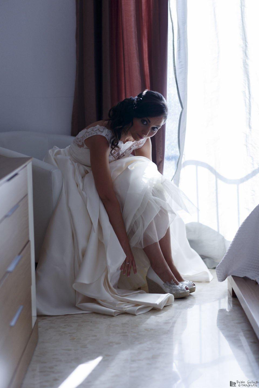 La novia, vistiéndose para su boda