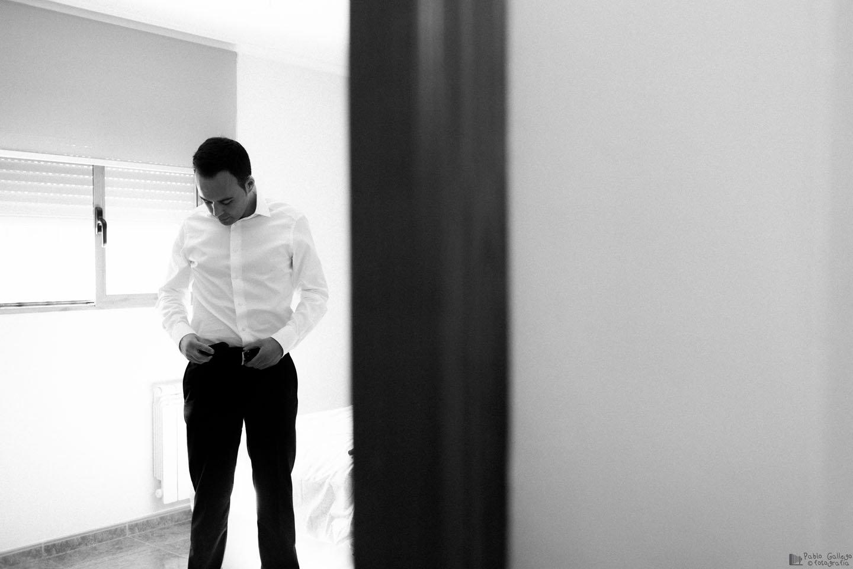 El novio, vistiéndose para la boda