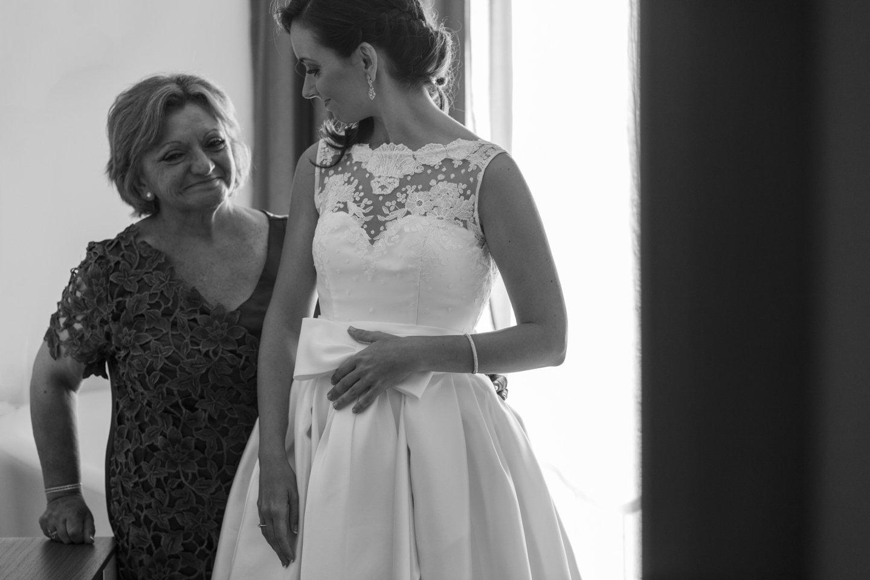 La novia con su madre antes de la ceremonia, se miran tiernamente